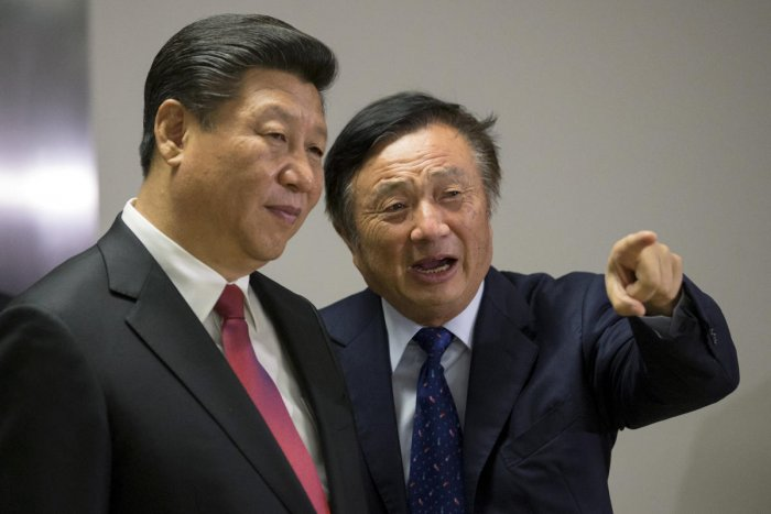 Chinese President Xi Jinping (L) pauses as he is shown around the offices of Huawei Technologies Co Ltd by Ren Zhengfei, president of Huawei, in London, Britain October 21, 2015. (REUTERS File Photo)