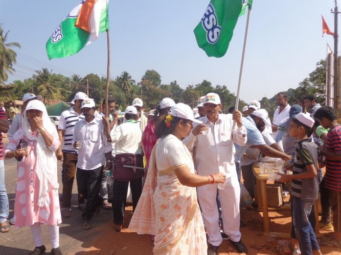 Congress workers having cool drinks, en route the padayatra from Uppinangady on Tuesday.