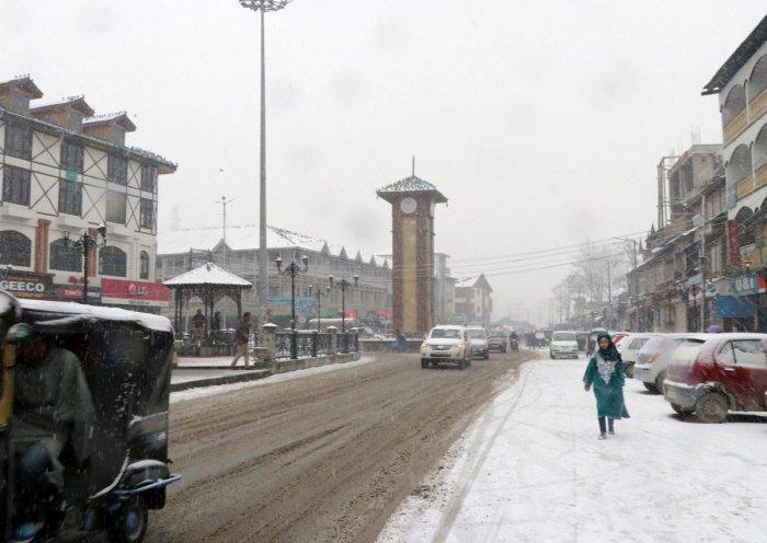 Srinagar recorded a minimum temperature of minus 2.1 degrees Celsius against previous night's minus 12 degrees, a MeT official said. (DH Photo)