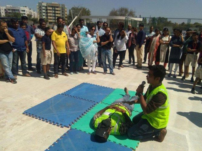 A Vmedo expert conducting a first-aid workshop for Good Samaritans.