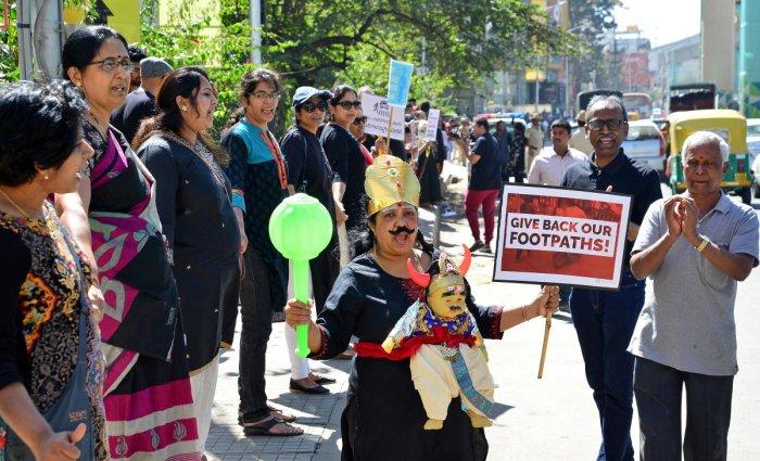 Volunteers of the Kanakapura Road Apartments Movement of Change protest on Saturday. DH PHOTO/ RANJU P