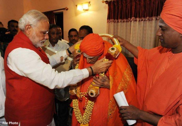 Narendra Modi with Siddaganga seer Shivakumara Swami. (Credit: Twitter/@narendramodi)