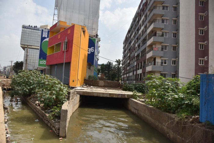 The state government also claimed there are existing 31,500 buildings in the increased buffer zone of lakes and 19.40 lakh in increased buffer zones of stormwater drains. (DH File Photo)