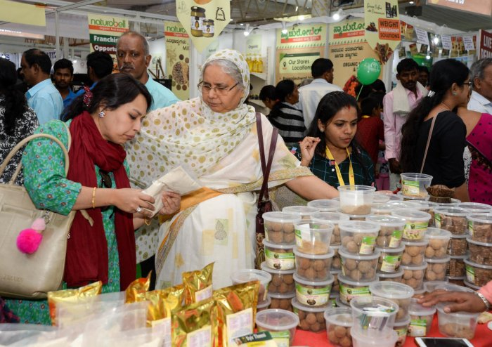 People do some last-minute shopping on the last day of the fair on Sunday. DH PHOTO/SATISH BADIGER