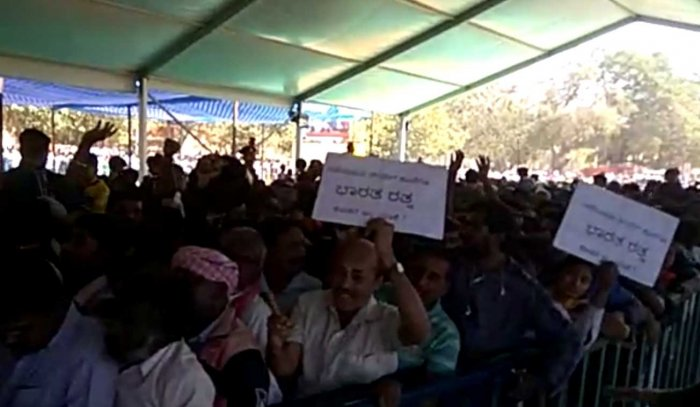As the sea of crowd queued up before the body of Shivakumara Swamy, cries demanding Bharat Ratna for the seer reverberated across the exhibition grounds here on Tuesday. Screen grab