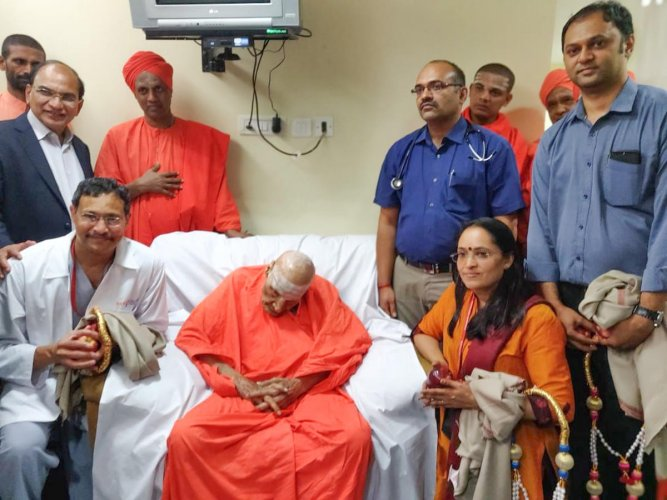 Chief pontiff of the Siddaganga Mutt, Dr Shivakumara Swami, along with the team of doctors at BGS Gleneagles Global Hospital in Bengaluru on Thursday.