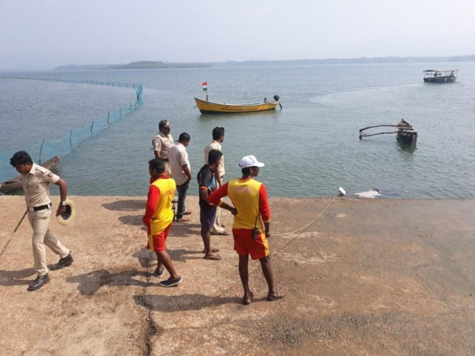 Bodies being fished out of the sea at Karwar beach on Tuesday, following the boat tragedy. DH photo.