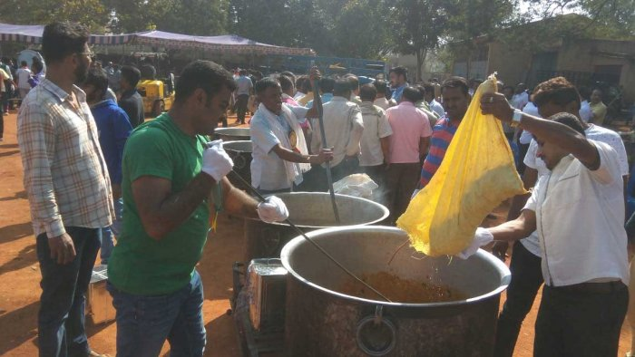 The city of Tumkur has come to a standstill as commercial establishments have shut down as a mark of respect to the late Shivakumara Swami of Siddaganga Mutt. However, the town has joined hands to serve food free of cost to the needy. Food distribution counters have been set up across the city. DH photo