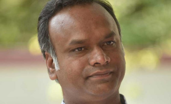The BJP on Wednesday mounted an offensive against the ruling coalition by targeting Cabinet ministers Sa Ra Mahesh of the JD(S) and Priyank Kharge of the Congress, who have both courted controversy. (DH File Photo)