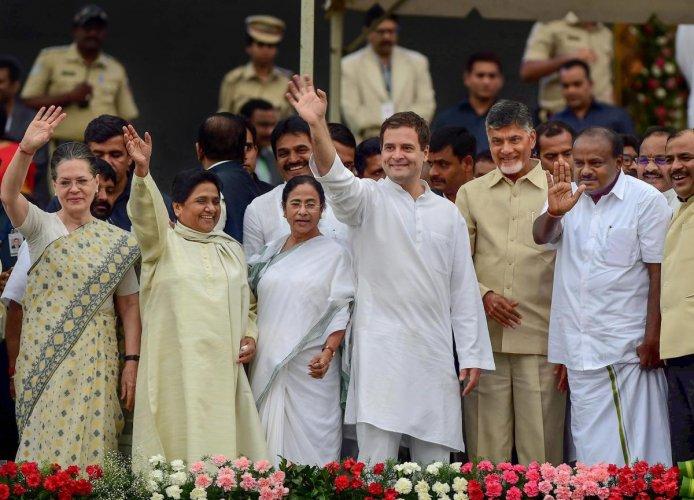 Bengaluru: Newly sworn-in Karnataka Chief Minister H D Kumaraswamy, Andhra Pradesh CM N Chandrababu Naidu, AICC President Rahul Gandhi, West Bengal CM Mamata Banerjee, Bahujan Samaj Party (BSP) leader Mayawati and Congress leader Sonia Gandhi wave after t