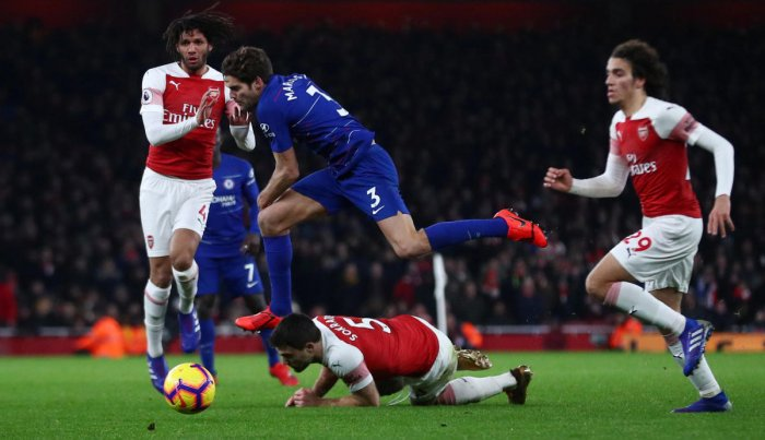 Chelsea's Marcos Alonso in action with Arsenal's Mohamed Elneny and Sokratis Papastathopoulos (REUTERS Photo)