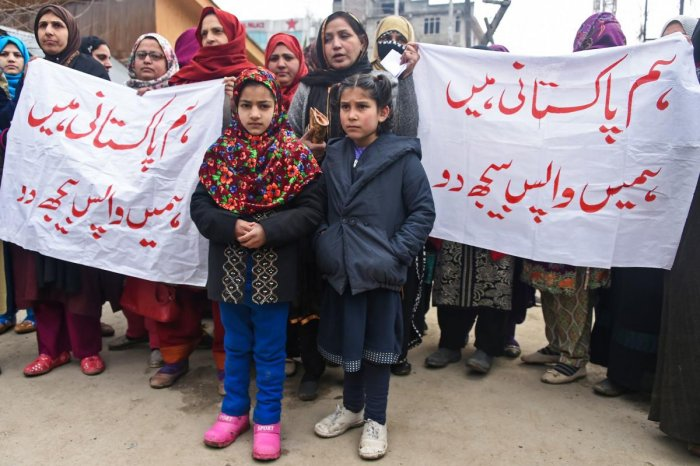A group of Pakistani women married to former Kashmiri militants, along with their children, take part in a protest to urge Indian and Pakistani Prime Ministers to allow them to return to Pakistan, in Srinagar on February 2, 2019. (AFP Photo)