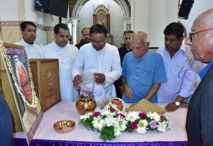 The ashes of former defence minister were sealed in a vessel at St Francis Xavier Church in Bejai, Mangaluru, on Saturday, prior to the burial ritual.