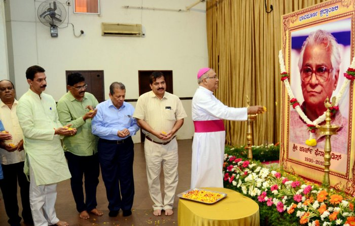 Former Bishop of Mangaluru Dr Aloysius Paul D'Souza, Alva's Education Foundation Chairman Mohan Alva, Nitte Education Trust chairman N Vinay Hegde, MP Nalin Kumar Kateel and MLA D Vedavyas Kamath offer floral tribute to the portrait of former defence mini