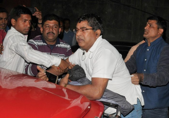 Central Bureau of Investigation (CBI) officers, who came to question Kolkata Police commissioner Rajeev Kumar in connection with the Saradha ponzi scam, were detained by Kolkata police in Kolkata on Sunday, Feb3, 2019. (PTI Photo)