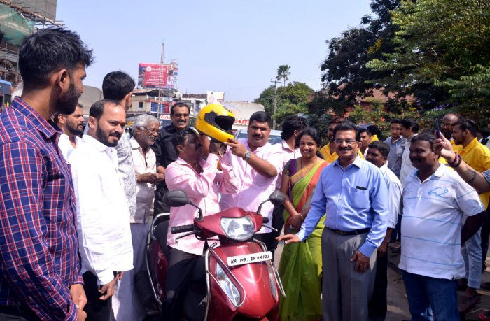 MLA Vedavyas Kamath flags off the Rapido Bike Taxi services in Mangaluru on Monday.