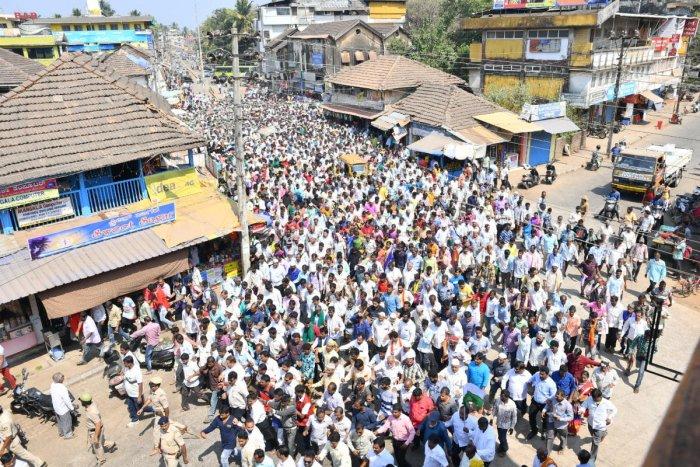 Thousands of forest encroachers take out protest march in Karwar on Wednesday, demanding title deeds. DH PHOTO