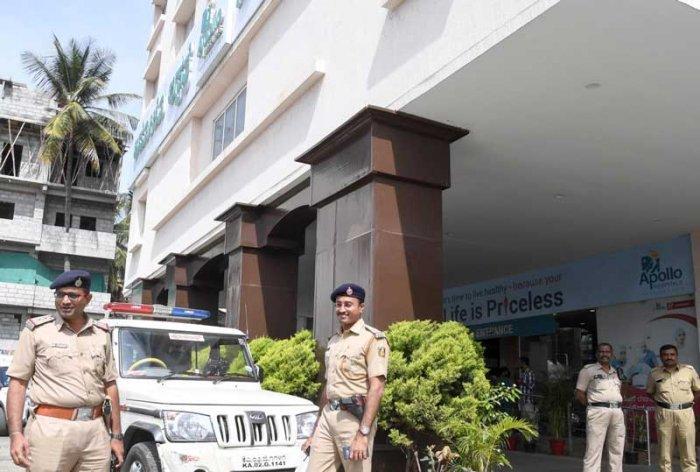 Police officials deployed at Apollo Hospital, Seshadripuram, Bengaluru, where Vijayanagara MLA Anand Singh has been admitted following alleged attack by kampli MLA J N Ganesh, on Sunday. (DH Photo)