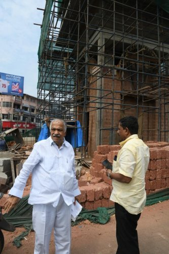 Former MLA Vijaykumar Shetty expresses his displeasure on space consuming circles, such as New Mallikatta Circle, and on unnecessary expenditure of Clock Tower at Hampankatte.