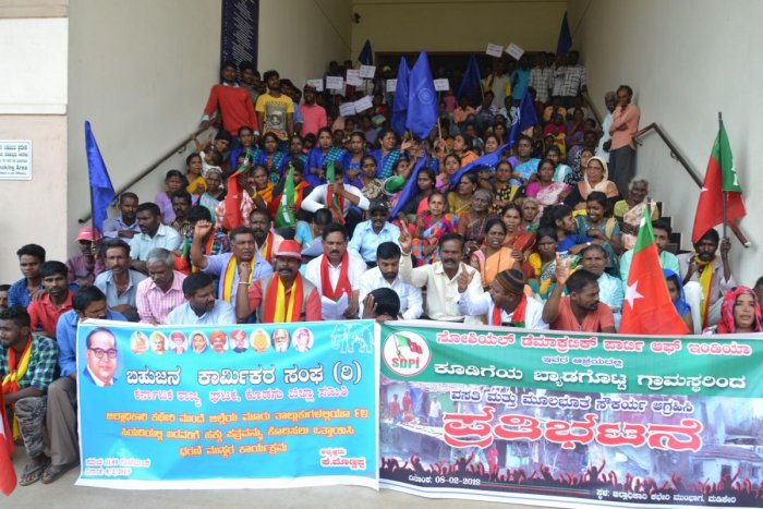 Members of Bahujana Karmikara Sangha and SDPI stage a protest in front of the DC's office in Madikeri on Friday.