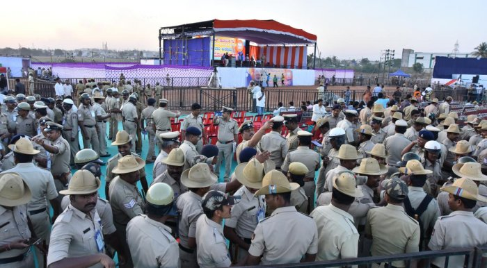 VIGILANT: Policemen deputed for security at Vijaya Sankalp grounds on the outskirts of Hubballi ahead of Prime Minister Narendra Modi's convention scheduled for Sunday. DH Photo/Tajuddin Azad