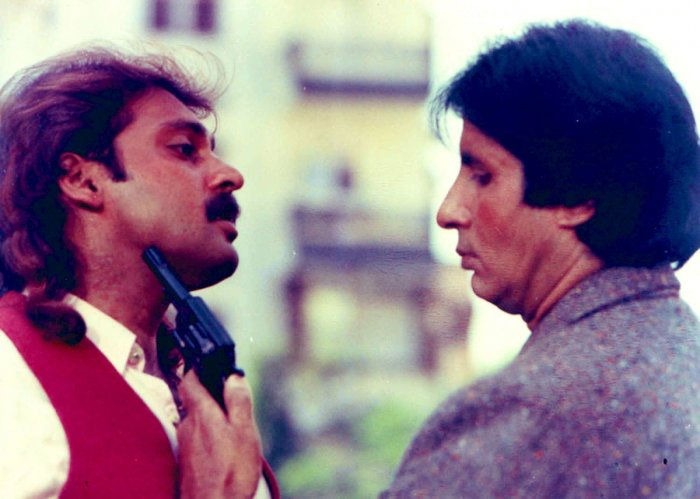 Actor Mahesh Anand and Amitabh Bachchan in movie Akayla
