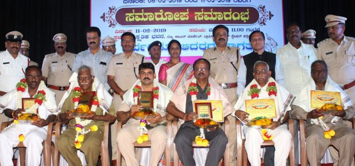 Accident-free drivers of different government departments being honoured at the valedictory of the 30th National Road Safety Week, at Samskrutika Bhavan (convention centre) at New Cotton Market in Hubballi on Monday. Officials Vivekanand Vishwajna, Ravind