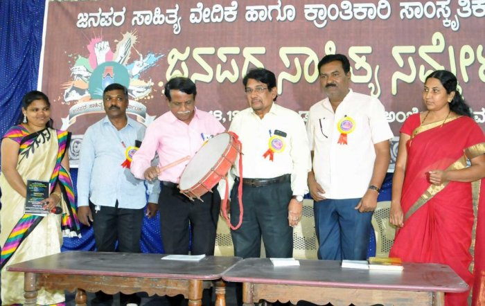 Former vice chancellor Murigeppa inaugurates the 'Janapara' literary convention in Chikkamagaluru on Monday. Former professor Che Ramaswamy, IDSG college assistant professor Pushpa Bharati, intellectuals P Parvathi, B Rudraiah and R Manasaiah look on.