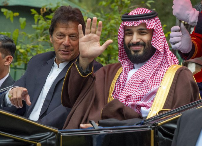 handout picture provided by the Saudi Royal Palace on February 18, 2019 shows Pakistan's Prime Minister Imran Khan and Saudi Crown Prince Mohammed Bin Salman riding in a carriage during a welcome ceremony in Islamabad. (AFP photo)