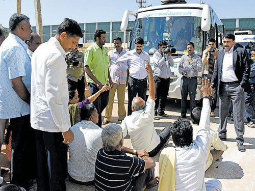 Villagers lock up BBMP commissioner in waste plant