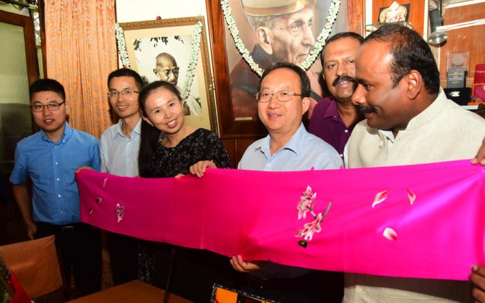 Mayor R Sampath Raj with the Chinese delegates on Friday. DH photo.