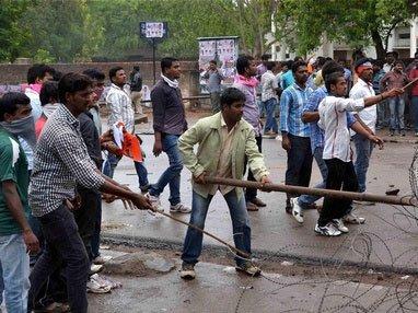 Rayala Telangana issue: Protesting OU students attack cops