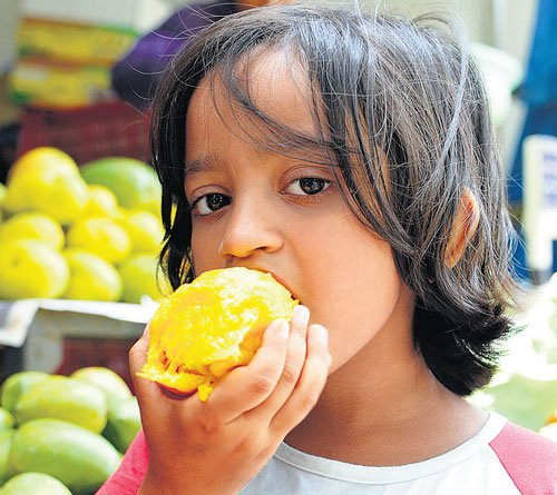 People throng fruit mela at Lalbagh
