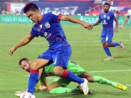 Chhetri scores twice as Mumbai outclass Dynamos