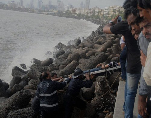 Mumbai college girl falls into sea while clicking selfie