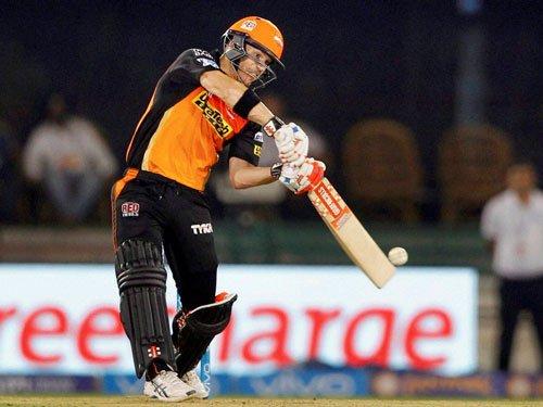 Warner takes Sunrisers Hyderabad to 158/7