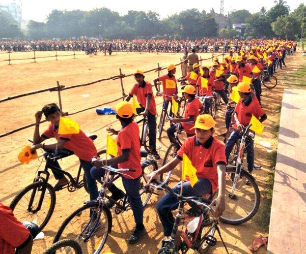 Bullock cart procession gives traditional look to Hampi Utsav