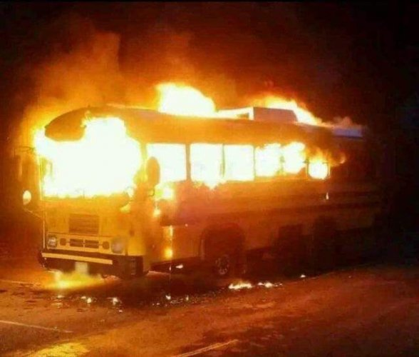 Maoists torch vehicles in Chhattisgarh, Telangana, 1 killed