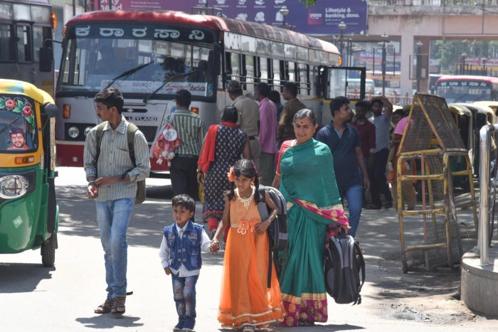 Passengers in Kempegowda Bus station in Bengaluru. (DH Photo by S K Dinesh)