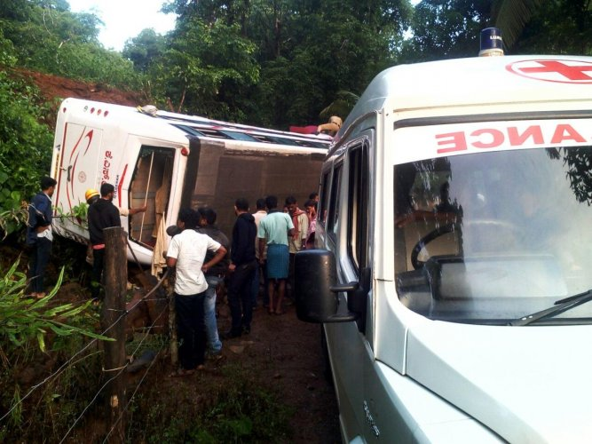 The bus' overturningl left 20 injured. No one was killed.