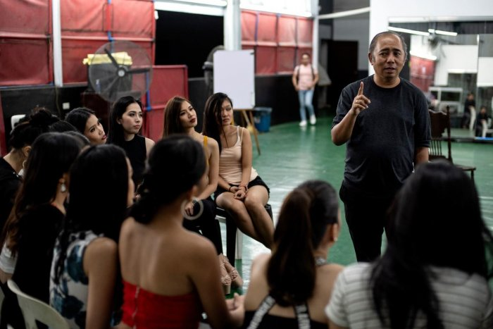 Rodgil Flores talks to aspiring beauty queens at a beauty boot camp in Manila. (AFP Photo)