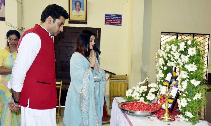 Aishwarya Rai and Abhishek Bachchan offer tribute to a portrait of Aishwarya's uncle at Kadri Manjunatheshwara Temple hall on Sunday.