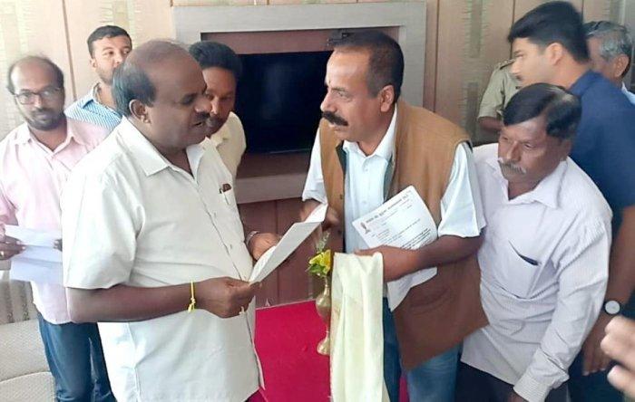 Cauveri Nadi Swachhata Andolana Samithi members submit a memorandum to Chief Minister H D Kumaraswamy in Koppa, requesting him to take measures to conserve River Cauvery.