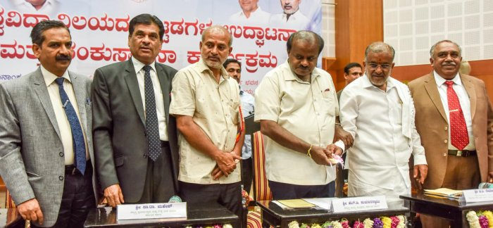 Chief Minister H D Kumaraswamy inaugurates the newly-constructed buildings at the University of Mysore, at Crawford Hall in Mysuru on Friday. UoM Registrar Lingaraja Gandhi, former VC K S Rangappa, Ministers Sa Ra Mahesh and G T Devegowda and UoM VC G Hem