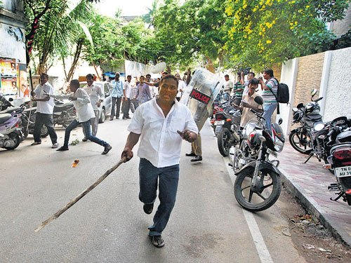 DMK condemns violence by AIADMK workers