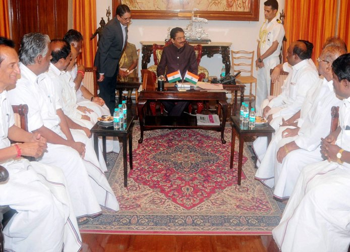 Palaniswami, OPS meet Guv with claims of majority, Raj Bhavan yet to take call