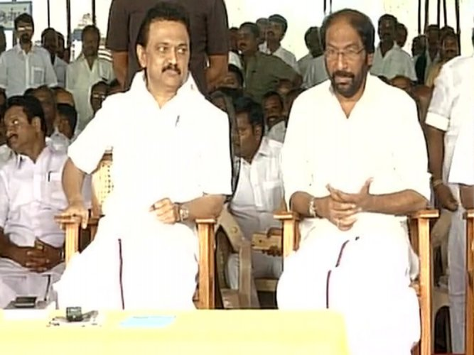 DMK working chief Stalin, cadres sit on fast