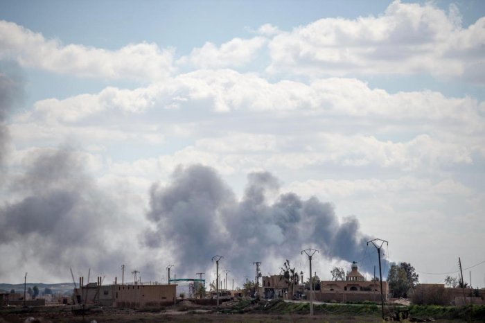 Smoke billows after shelling on the Islamic State (IS) group's last holdout of Baghouz, in the eastern Syrian Deir Ezzor province on March 2, 2019. - Kurdish-led forces battled jihadists defending their last village on Saturday as operations were relaunch