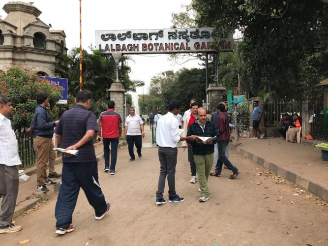 In January, the horticulture department had assured that entry of all vehicles inside Lalbagh will be stopped, including those belonging to government departments and Lalbagh staffers, in a month and a half. (DH File Photo)