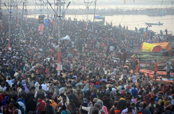 Hindu devotees arrive to take a holy dip at the Sangam -- the confluence of the Ganges, Yamuna and mythical Saraswati rivers -- on the occasion of Maha Shivaratri and the last day of the Kumbh Mela festival in Allahabad on March 4, 2019. (AFP photo)
